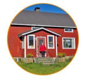 Leena Mikkonen vastamaalatun talonsa edessä.