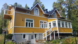 Iso keltainen talo vastamaalattuna.