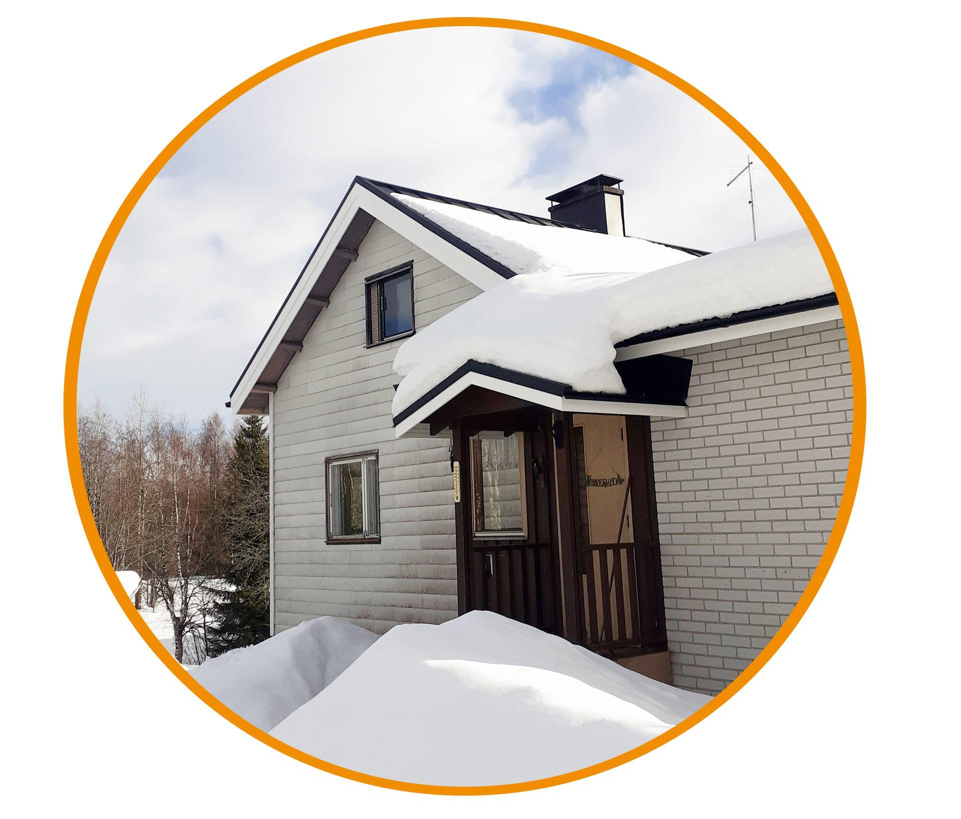 Kyösti Iivosen talon valmis kattoremontti, katolla lunta.
