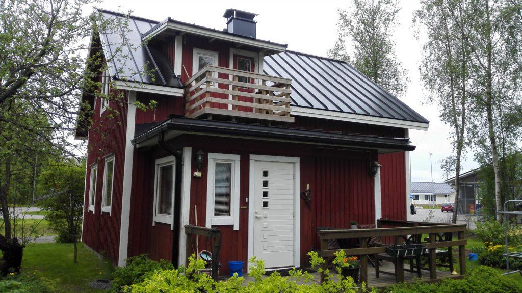 Uusittu peltikatto punaisessa talossa.